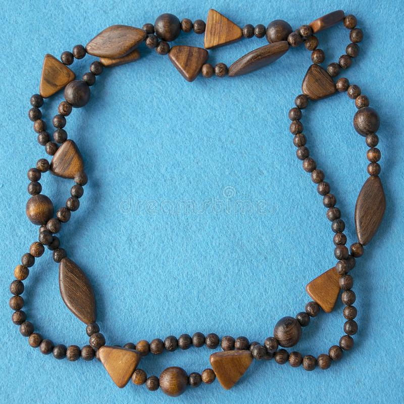 时髦的工艺品褐色木小珠 时装模特儿首饰 免版税库存图片