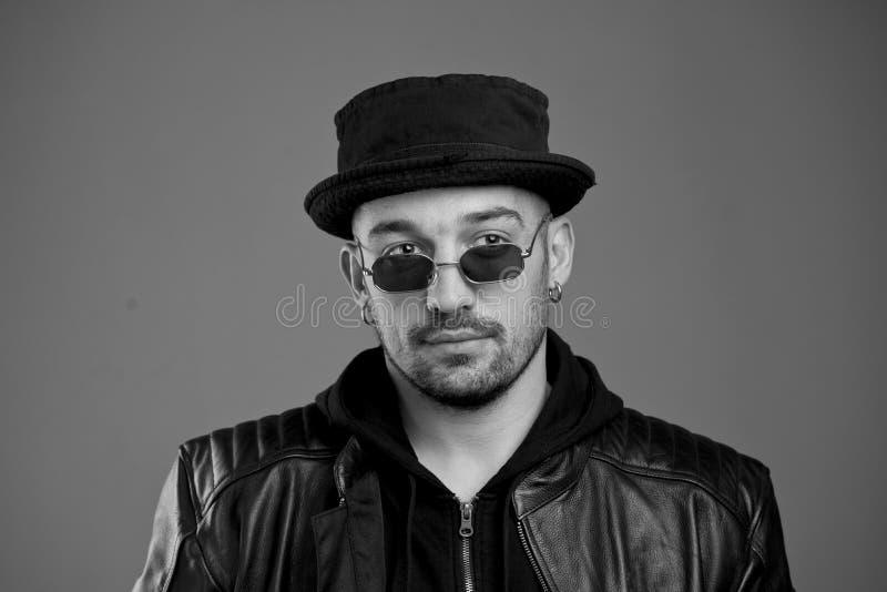 时髦的帅哥镇静扫视皮夹克的 库存图片