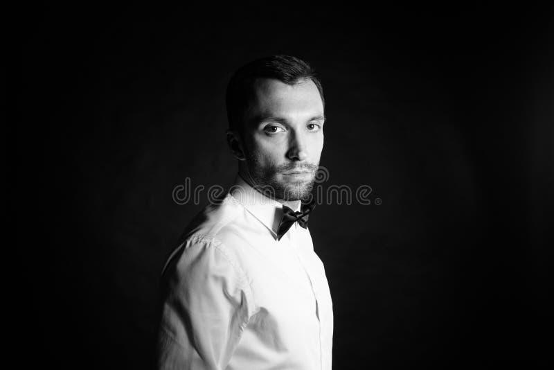 时髦的年轻人演播室画象在白色衬衣和黑人bo 图库摄影