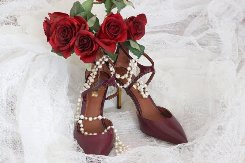 时髦的新娘的明亮的鞋子 图库摄影
