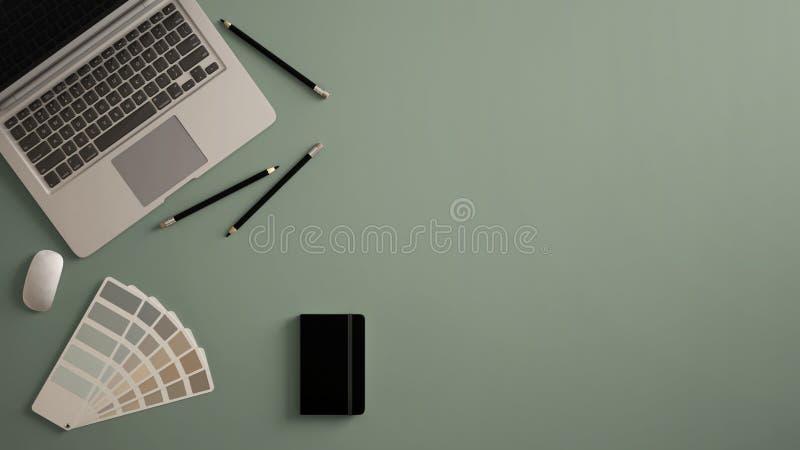 时髦的最小的办公室桌书桌 与膝上型计算机、笔记本、铅笔和样品色板显示的工作区在深绿背景 fla 向量例证