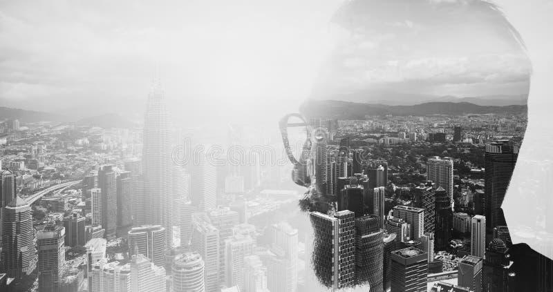 时髦的有胡子的银行家佩带的玻璃和看城市特写镜头照片  两次曝光,全景当代特大的城市 库存照片