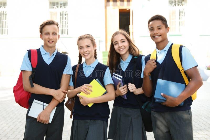 时髦的校服的少年学生 免版税库存图片
