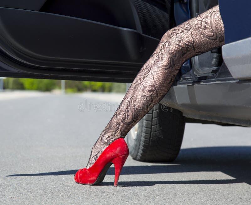 时髦的母司机的腿 免版税图库摄影
