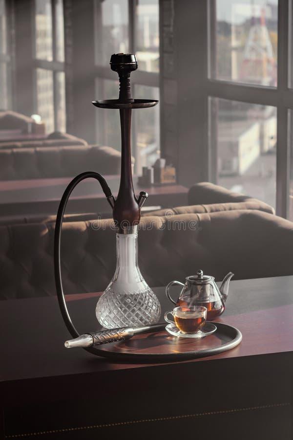 时髦的水烟筒玻璃和茶壶 库存图片