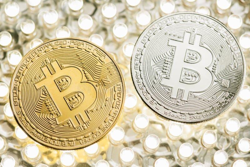 时髦的照片两在LED盘区的Bitcoins金黄和银币 免版税库存照片