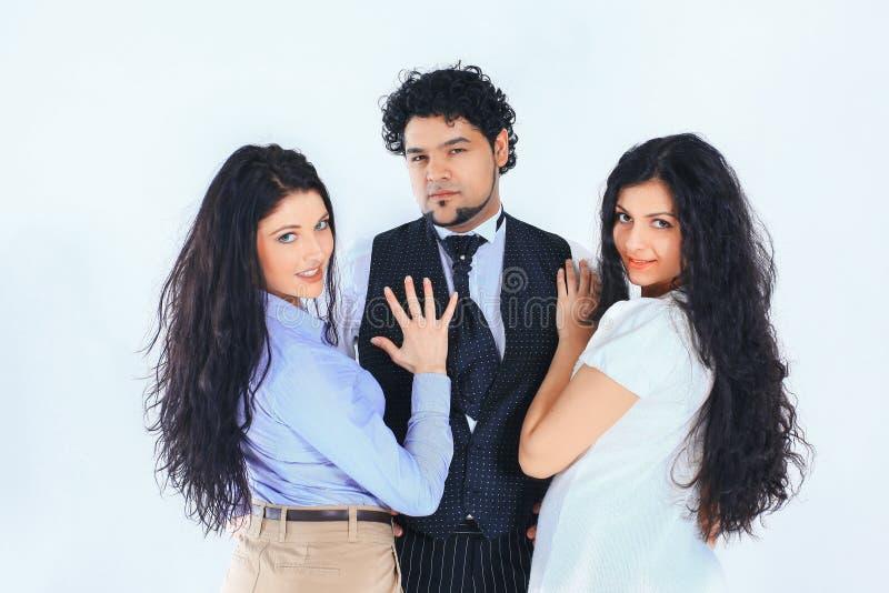 时髦的男人和两年轻女人 : 库存照片