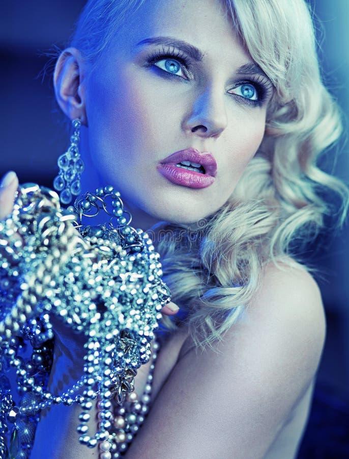 时髦的妇女用手有很多珍珠 免版税库存照片