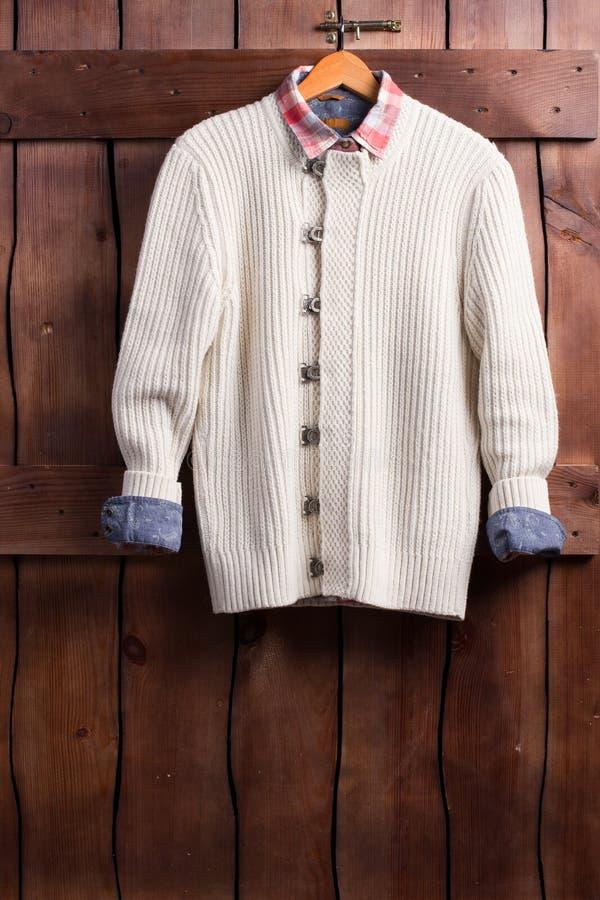 时髦的白色羊毛衫和方格的桃红色衬衣 库存照片