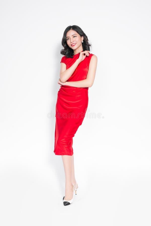 时髦的红色晚礼服的魅力亚裔妇女 库存照片
