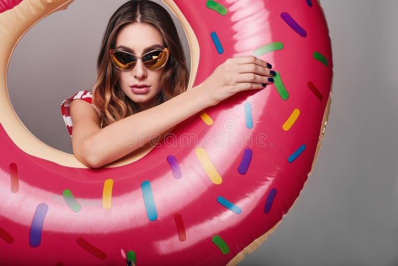 时髦的美丽的妇女演播室明亮的夏天时尚画象  免版税库存图片