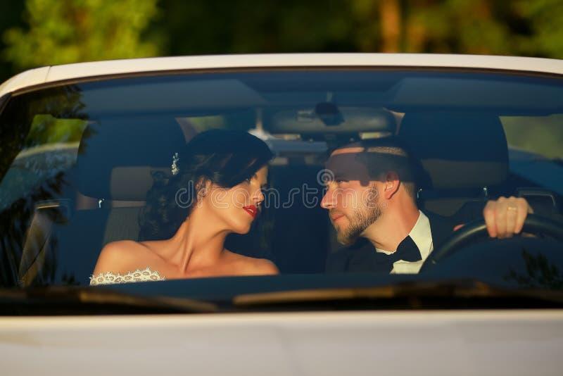 时髦的美丽的愉快的新娘和新郎 夫妇婚礼年轻人 免版税库存照片