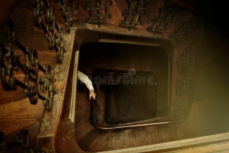 时髦的行家人手,走在Bu的木老台阶 免版税库存照片