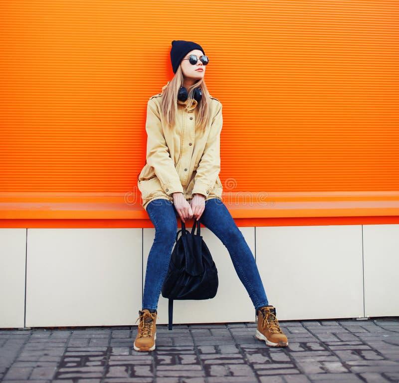 时髦的行家凉快的女孩室外时尚画象  库存照片