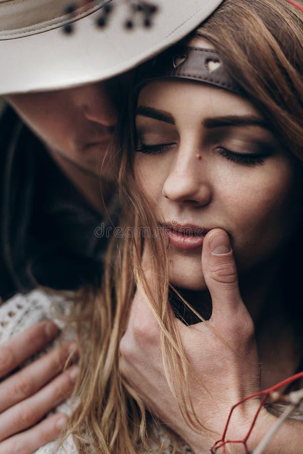 时髦的行家夫妇画象 boho吉普赛妇女和人帽子的 图库摄影