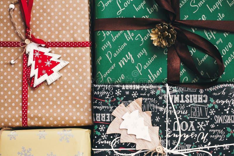 时髦的被包裹的礼物盒顶视图,与装饰品树杉木co 免版税库存照片