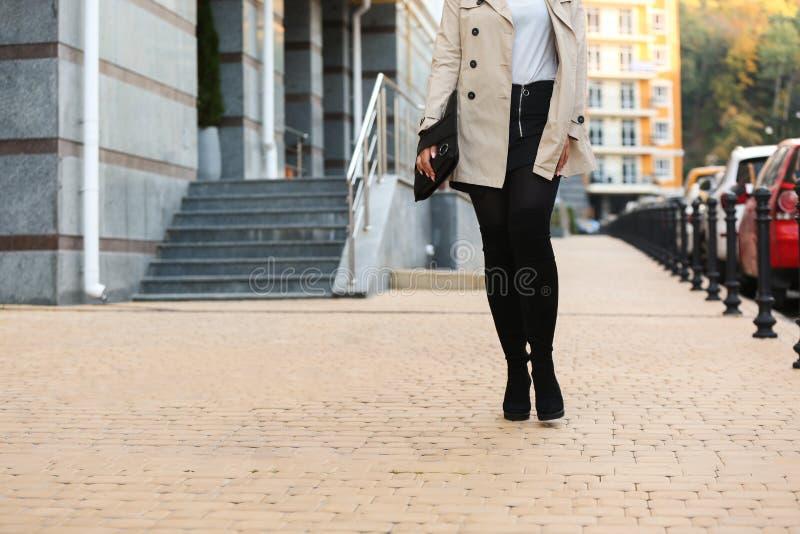 时髦的起动的时兴的年轻女人与户外袋子 库存图片