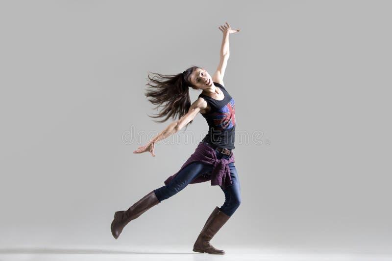 时髦的跳舞少妇画象 免版税库存照片