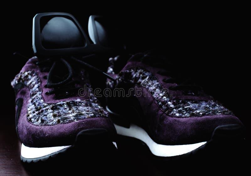 时髦的运动鞋和太阳镜 库存照片