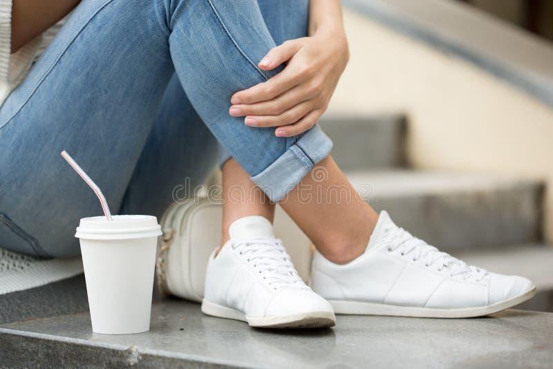 时髦的进来的妇女饮用的咖啡在城市 免版税图库摄影