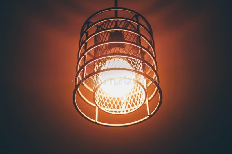 时髦的金属顶楼式枝形吊灯 免版税库存照片