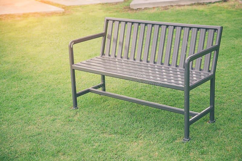 时髦的长凳在夏天公园 免版税库存照片