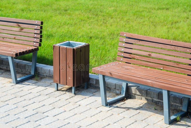 时髦的长凳在夏天公园 免版税图库摄影
