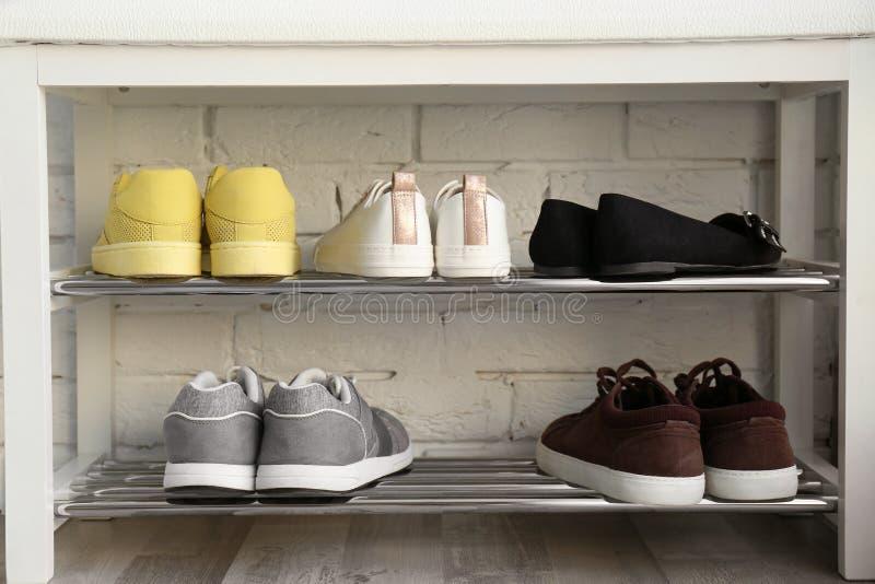 时髦的鞋子的汇集在机架存贮的 免版税库存照片
