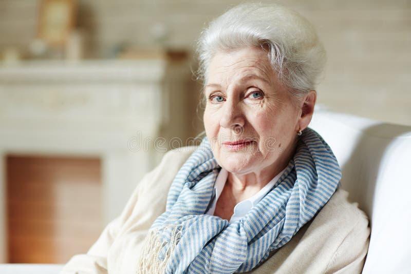 时髦的年长妇女 免版税库存照片