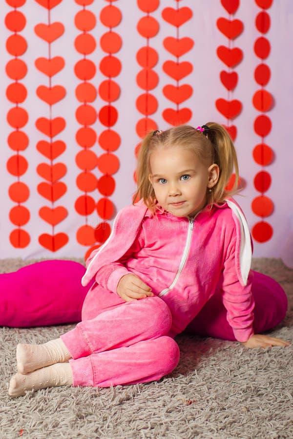 时髦运动服的小女孩 免版税库存图片
