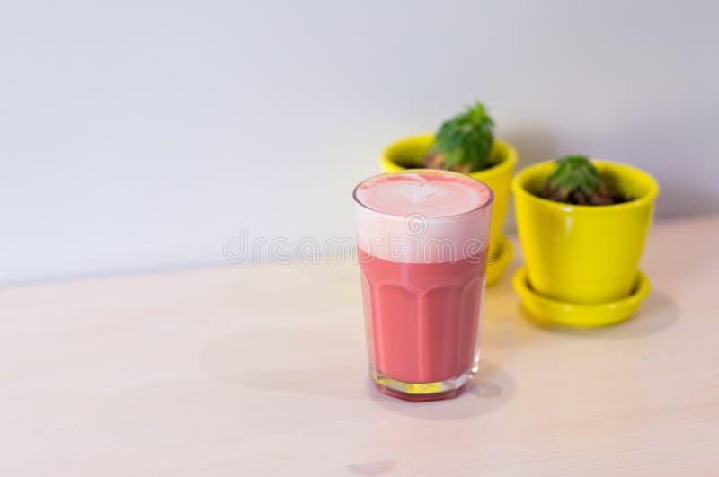 时髦饮料,在桌上的桃红色草莓咖啡拿铁在白色背景 菜单的拷贝空间 库存照片