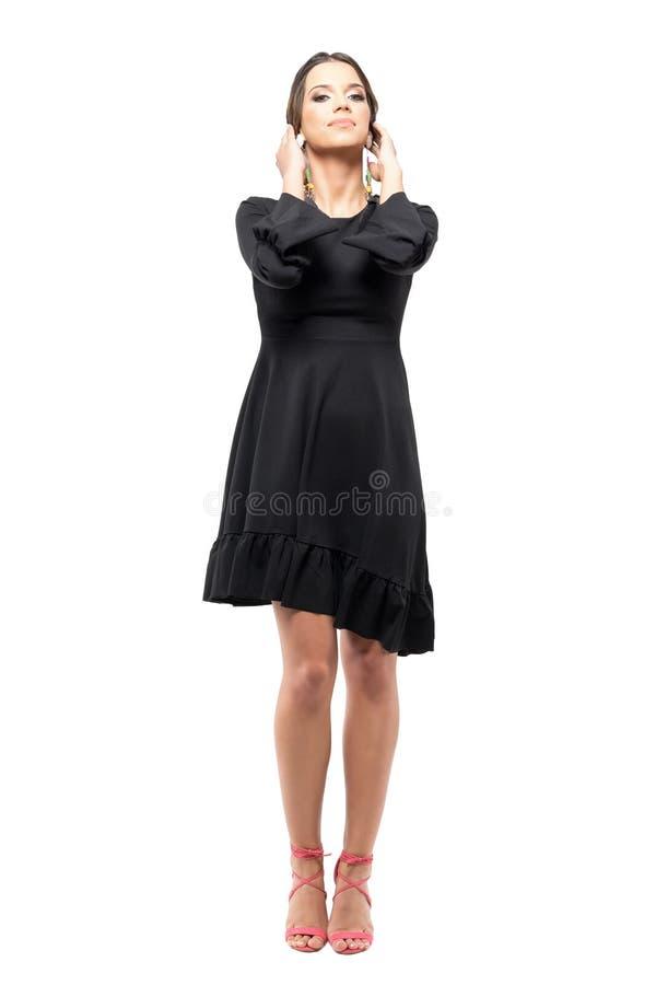 时髦黑礼服感人的头发的魅力妇女有头的掀动了姿势 免版税库存图片