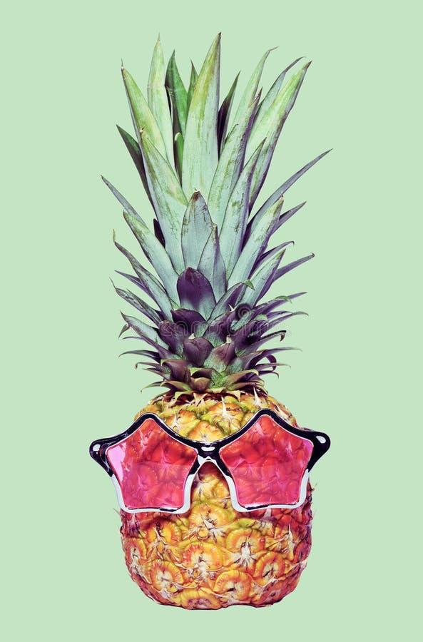 时髦滑稽的菠萝 免版税库存照片
