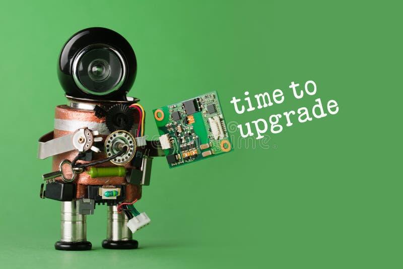 时刻升级概念 有抽象电路芯片的机器人 与滑稽的黑盔甲头的减速火箭的样式玩具字符 复制 免版税库存照片