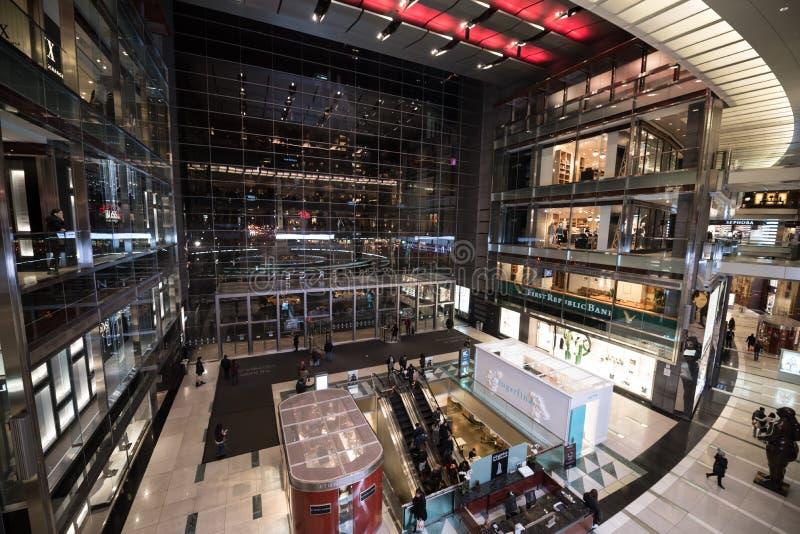时代华纳中心内部在晚上 免版税库存照片
