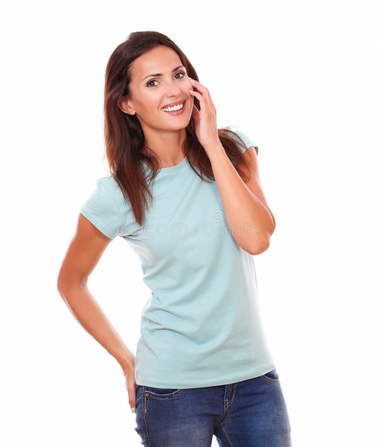 时兴的浅黑肤色的男人用她的在面孔的手 免版税库存照片