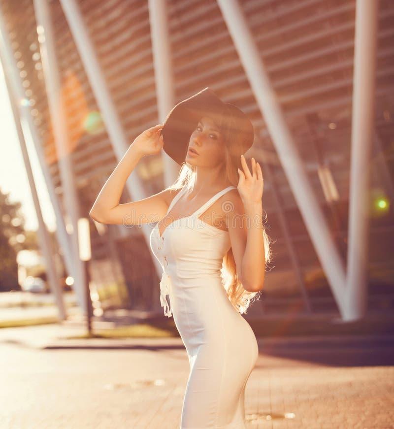 时兴的美丽的白肤金发的妇女 库存图片