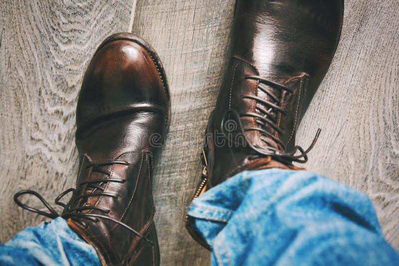 时兴的青年时期给-有磨损的孔和悬挂装置的牛仔裤穿衣 免版税库存照片