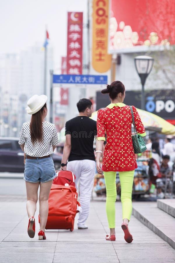 时兴的年轻人在市中心,长春,中国 库存图片