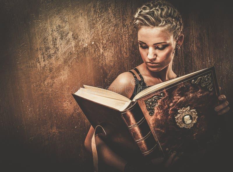 时兴的steampunk女孩 免版税库存图片