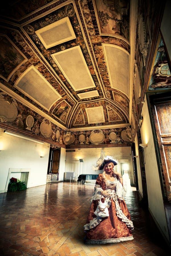 时代装束的妇女在19世纪公寓 免版税库存图片