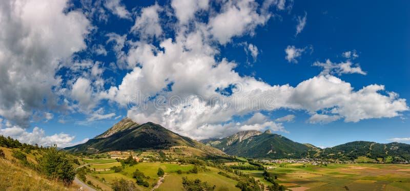 昂塞尔村庄和Autane山峰在夏天 Hautes Alpes,法国 免版税库存照片