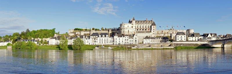 昂布瓦斯大别墅和村庄loir河的 库存照片