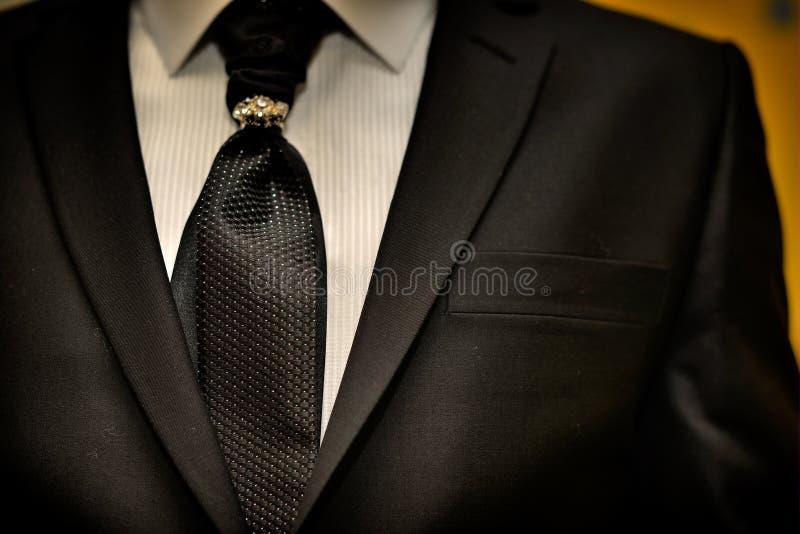 昂贵的衣服 领带和古典豪华领带夹 图库摄影
