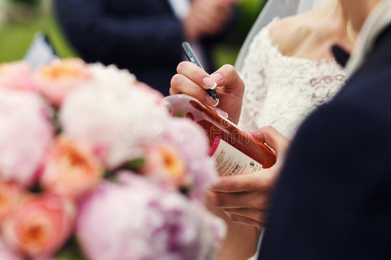 昂贵的典雅的婚礼花束桃红色紫色和橙色玫瑰c 免版税图库摄影