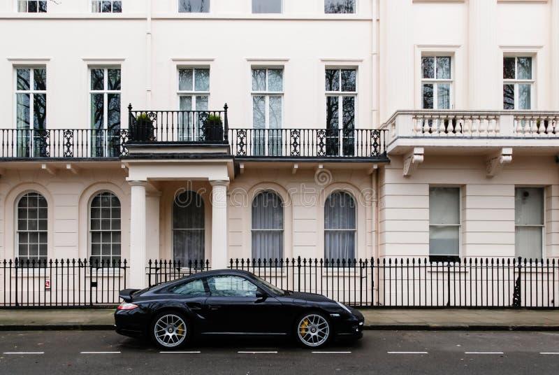 昂贵的汽车在一个毫华伦敦邻里 免版税库存照片