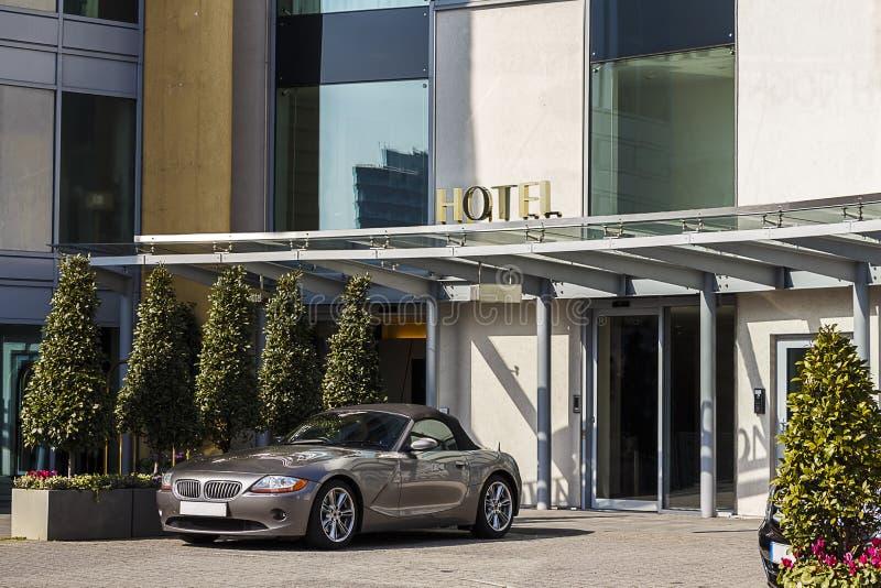 昂贵的汽车旅馆外 免版税库存照片