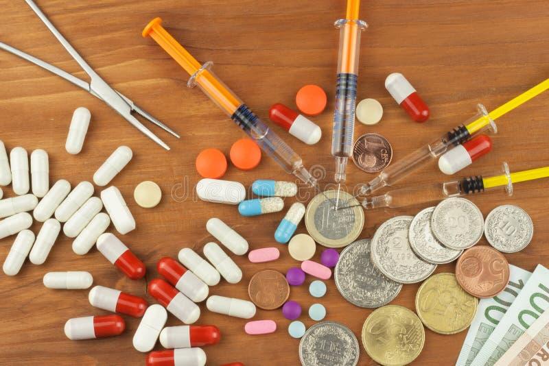 昂贵的治疗的金钱 瑞士法郎和欧元在药物 卖药物 关心消耗大的健康 现代的医学 库存图片