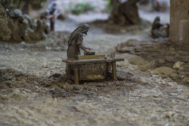 昆卡省,厄瓜多尔- 2019年1月3日-最大的生气蓬勃的诞生场面在南美洲-木工赋予了生命在他的长凳 免版税库存图片