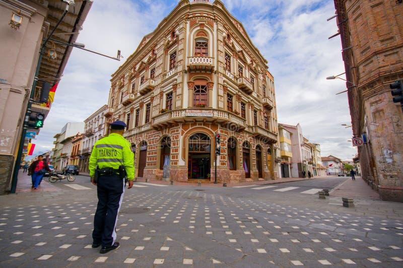昆卡省,厄瓜多尔- 2015年4月22日:与传统西班牙殖民地建筑学,美好的细节a的壮观的壁角连栋房屋 免版税库存图片